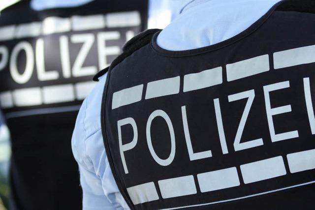 Polizist stürzt bei Verfolgung, weil Passant ihm ein Bein stellt