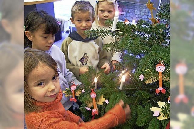 Kinder schmücken Bäume für Kinder