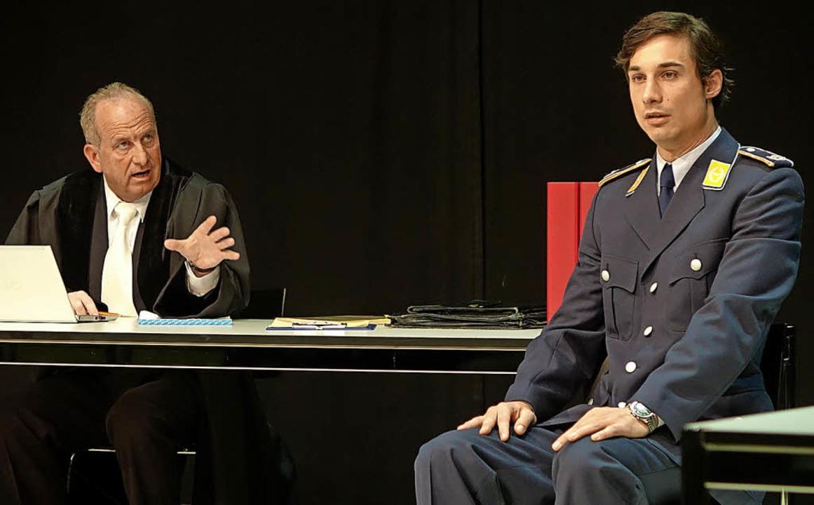 "Falk Döhler als angeklagter Kampfjet-P...dem Theaterstück ""Terror""   | Foto: Roswitha Frey"