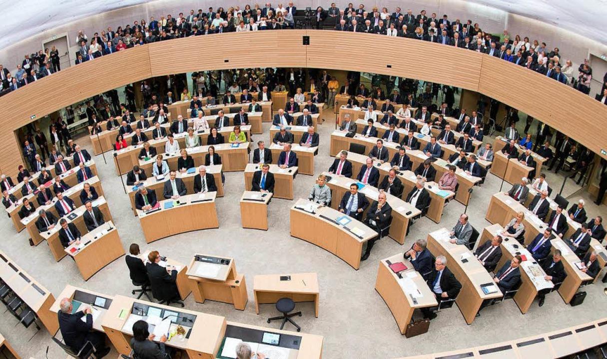 Abgeordnete versammeln sich im Stuttgarter Landtag.   | Foto: DPA