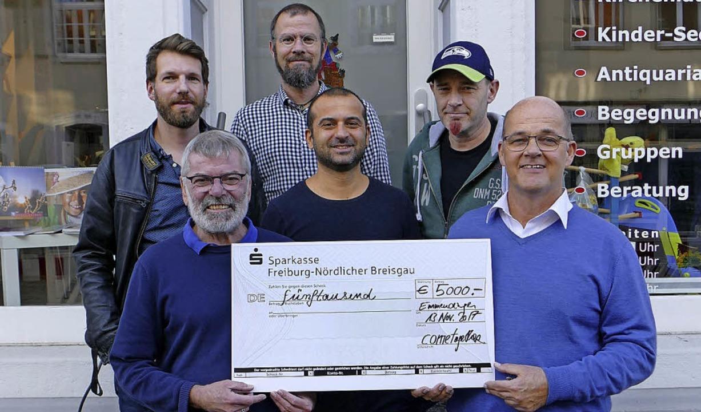 Einen Scheck über 5000 Euro übergaben ...hen Werk für die BZ-Weihnachtsaktion.   | Foto: Laura Winter