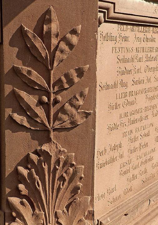 Lorbeer und Akanthus: Von den vier Aka...zwei ihre eingerollte Spitze verloren.    Foto: Jürgen Simon/Stadtarchiv Endingen