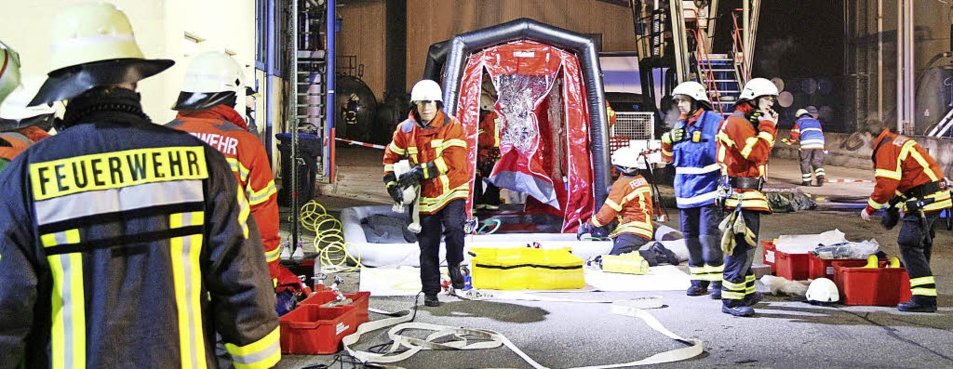 Bei der Gefahrgutübung in Hugstetten wurde ein Dekontaminationszelt aufgebaut.   | Foto: Horst David