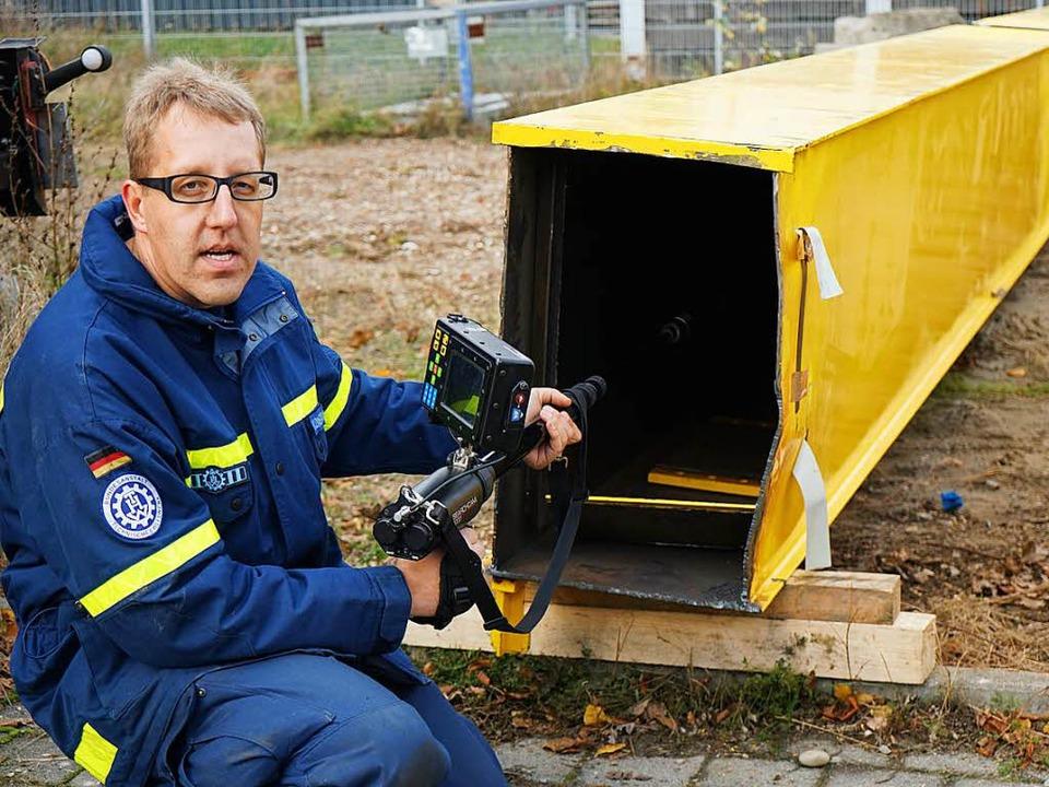Mit einer Spezialkamera, die sonst zur...aut, erklärt Sven Konstanzer vom THW.   | Foto: Julius Steckmeister
