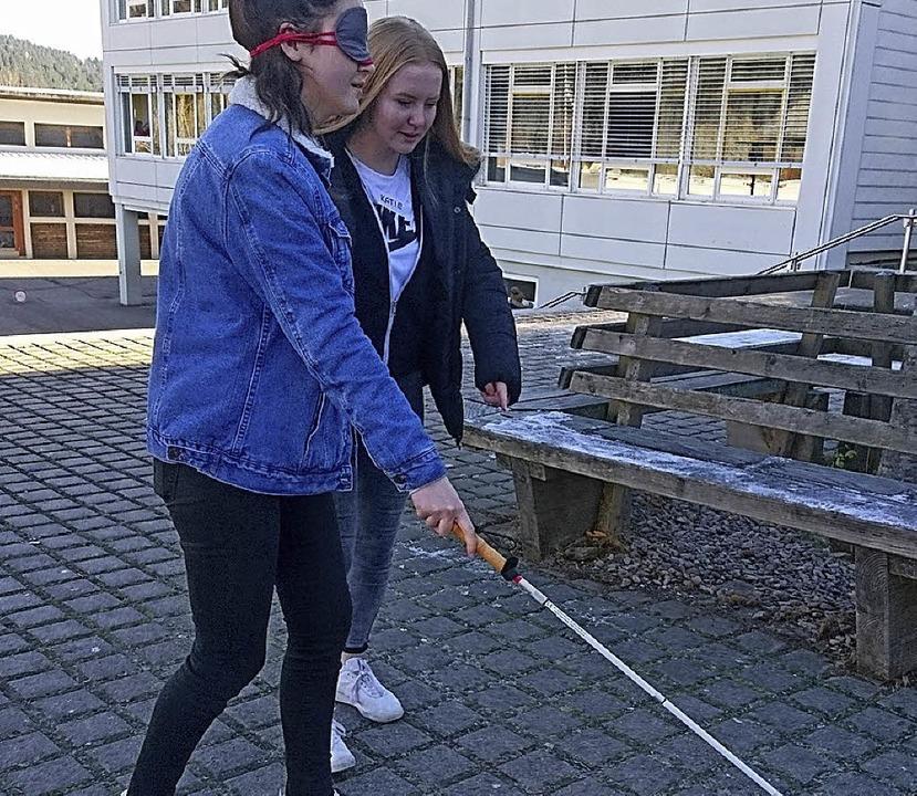 Mit Hilfe einer Brille erlebten die Sc...lte einige Hilfsmittel für Blinde vor.  | Foto: Sebastian Barthmes