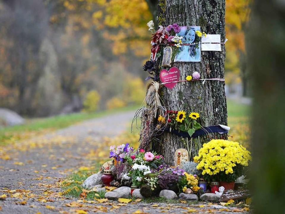 Am Tatort an der Dreisam legen Mensche...immer wieder Blumen und Briefe nieder.  | Foto: Ingo Schneider