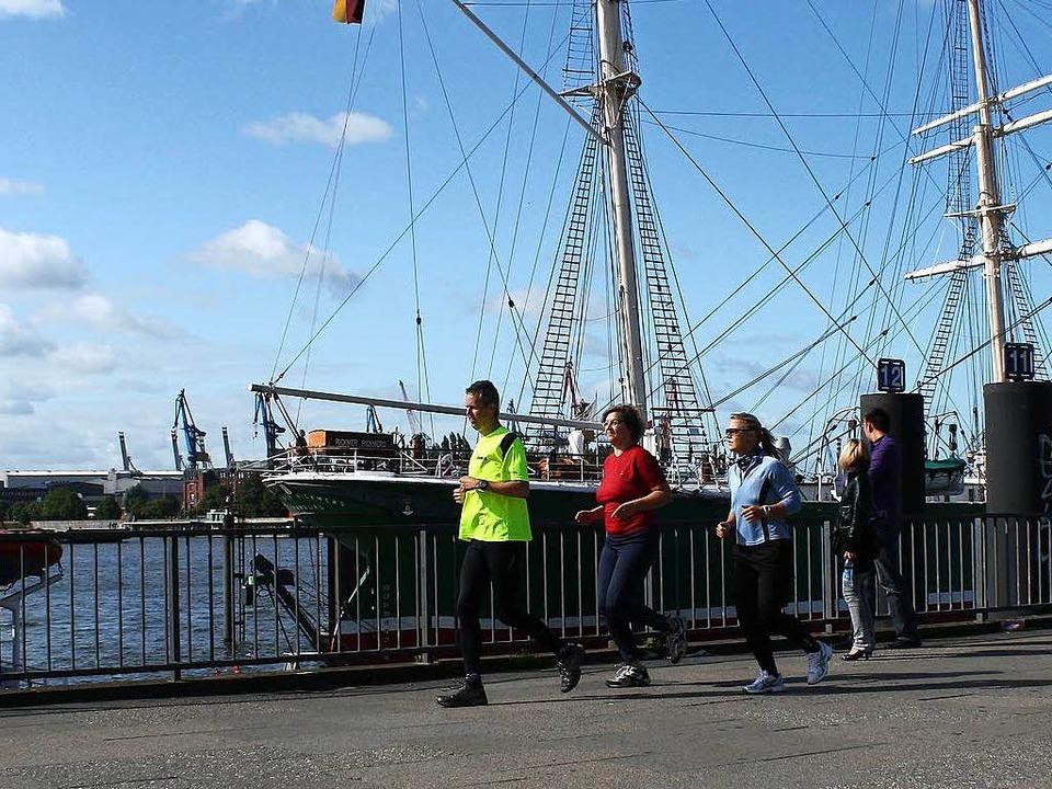 You'll never walk alone: Jogging...Gösta Dreise mit seiner Laufkundschaft  | Foto: bz