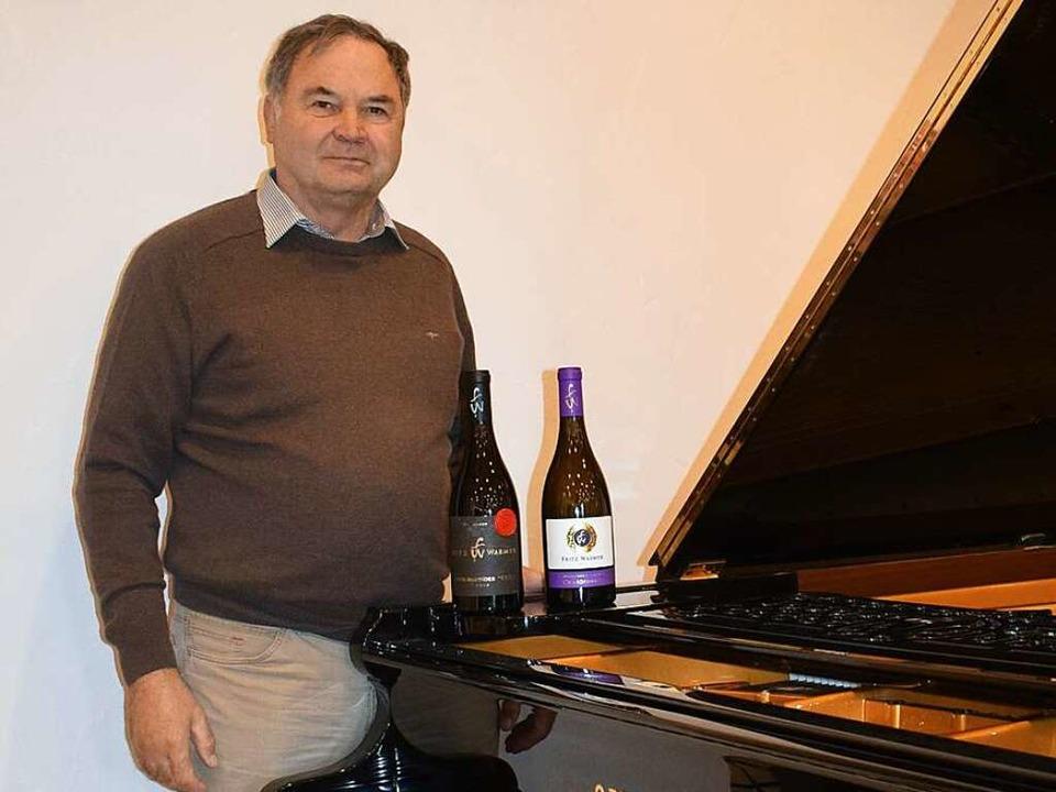 Winzer Fritz Waßmer mit edlen Tropfen ... einem Flügel in seiner neuen Vinothek  | Foto: Frank Schoch