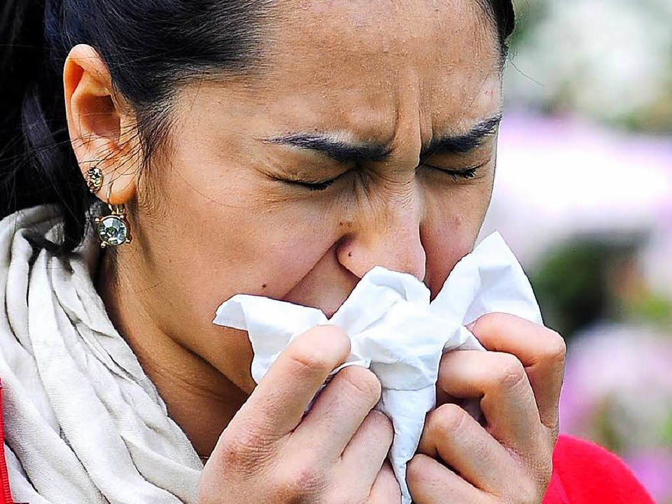 Eine Frau niest.    Foto: Thomas Kunz