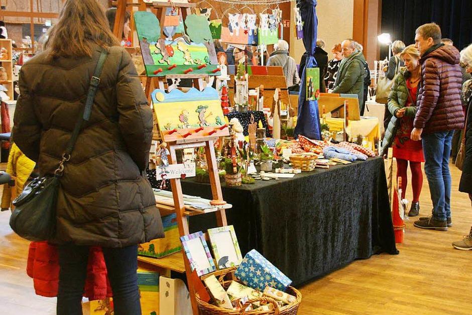 Es weihnachtet gar sehr, wie sich unübersehbar beim 27. Kunsthandwerkermarkt im Kurhaus zeigte. (Foto: Hans Jürgen Kugler)