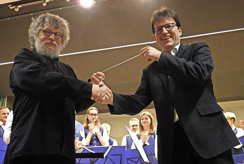 Dirigentenwechsel beim Musikverein Hüg...b an seinen Nachfolger Andreas Schupp.  | Foto: Bianca Flier