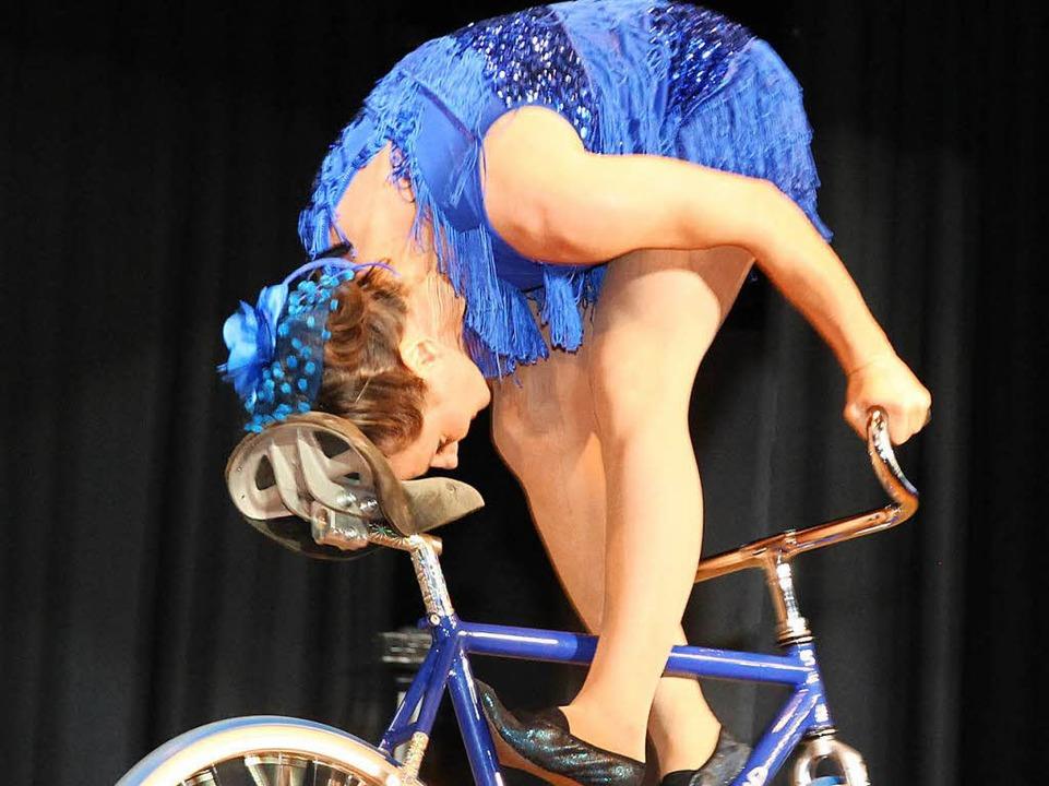 Kunstradfahrer Ines Brunn begann für ihr Können viel Applaus.  | Foto: Eva Korinth