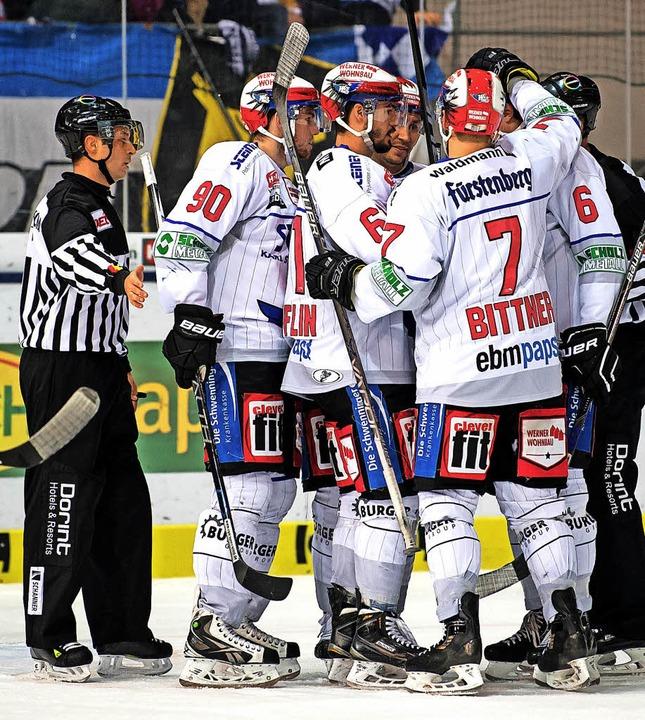 Bravo Wild Wings! Die  Schwenninger bejubeln  die 4:1-Führung  in München.     Foto: dpa