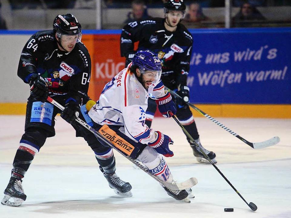 Harter Fight auf dem Eis:  EHC-Crack L... Palausch (links) gegen Mathieu Pompei    Foto: Patrick Seeger