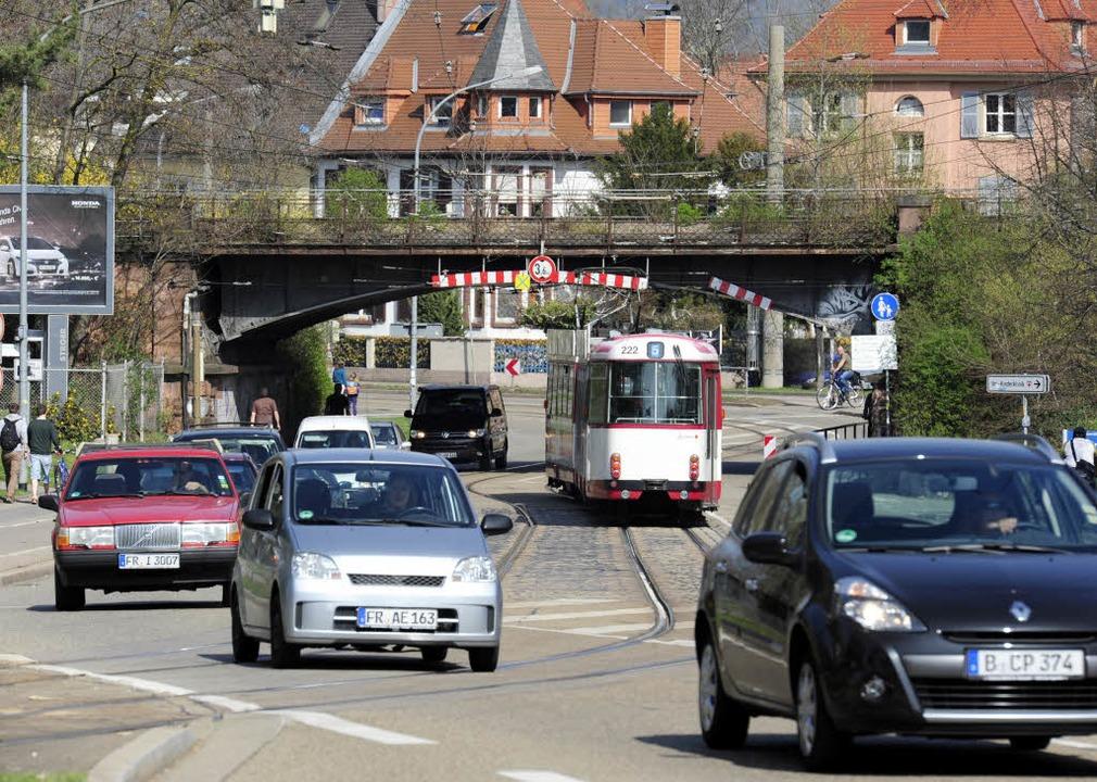 Die Eisenbahnbrücke zwischen Klinikum und Hauptfriedhof ist nur 3,60 Meter hoch.  | Foto: Ingo Schneider
