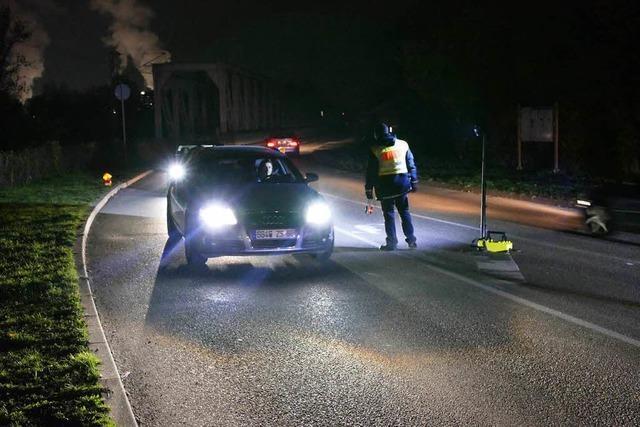 Polizei kontrolliert ein verdächtiges Fahrzeug