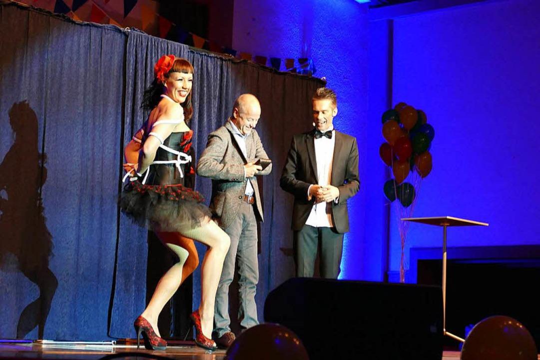 Willi Auerbach zaubert zusammen mit se...Herrn aus dem Publikum das Jacket weg.  | Foto: Sylvia Sredniawa