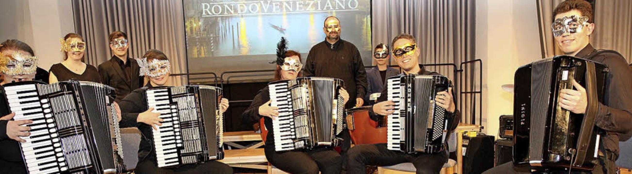 Venezianische Masken trugen die Akkordeonisten.   | Foto: Dagmar Barber