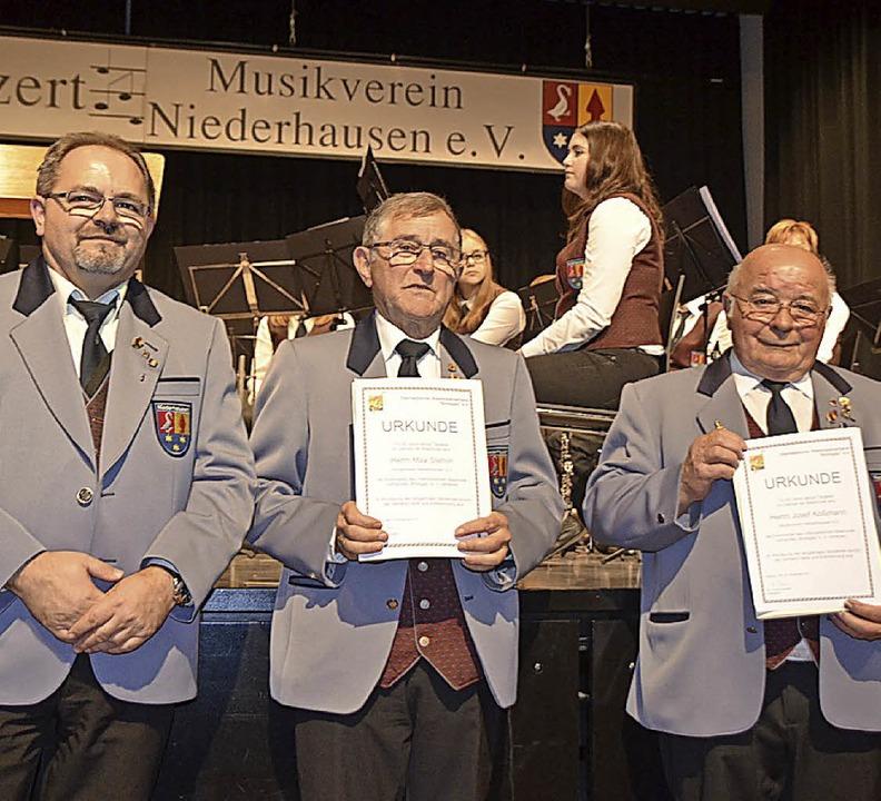 Mit Peter Ams (l.), Max Stehlin und Jo...langjährige Blasmusiker ausgezeichnet.  | Foto: Schimanski