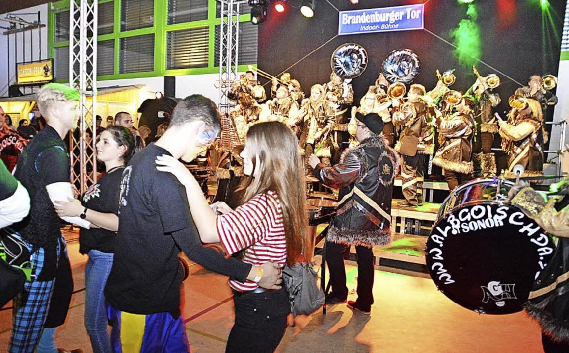 Guggemusiken in internationaler Besetzung heizten dem Publikum  ein.  | Foto: Edgar Steinfelder
