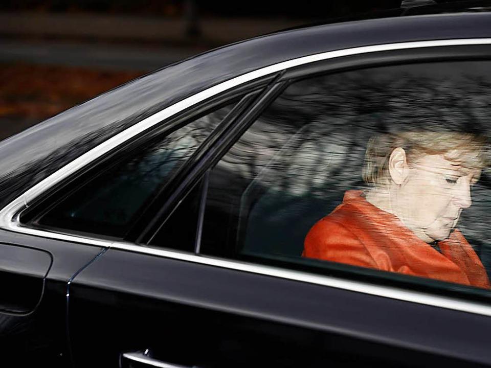 Angela Merkel sieht nach dem Scheitern...ungen keinen Anlass für einen Rückzug.  | Foto: AFP