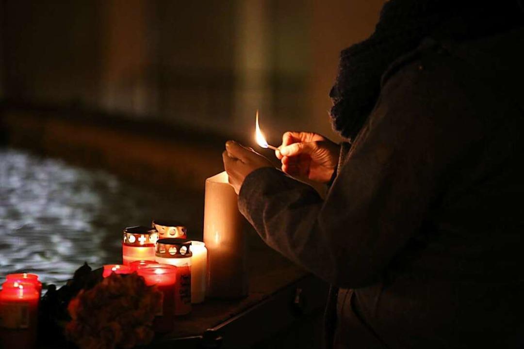 Kerzen brennen im November 2016 in Endingen auf dem Rand eines Brunnens.  | Foto: Hans-Peter Ziesmer