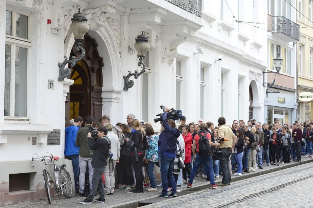 Andrang vor dem Landgerichtsgebäude in...cht auch beim Prozess gegen Catalin C.  | Foto: Ingo Schneider
