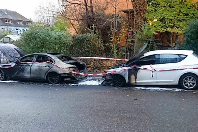 Zwei Autos brennen in Vauban