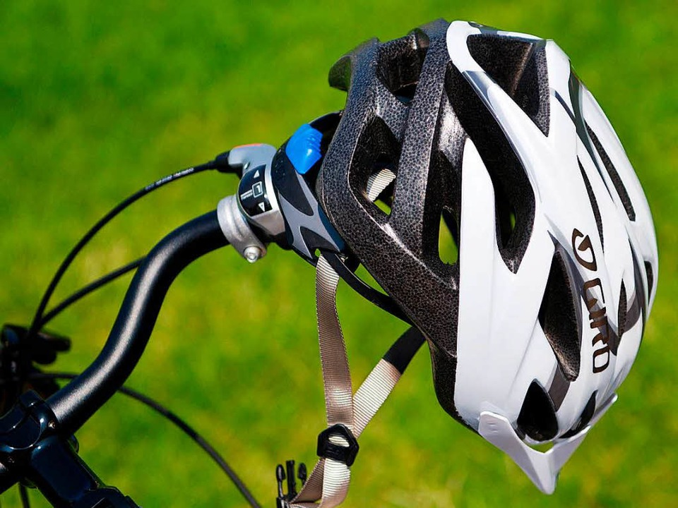 Der Helm sollte für Radfahrer eine Selbstverständlichkeit sein.  | Foto: dpa