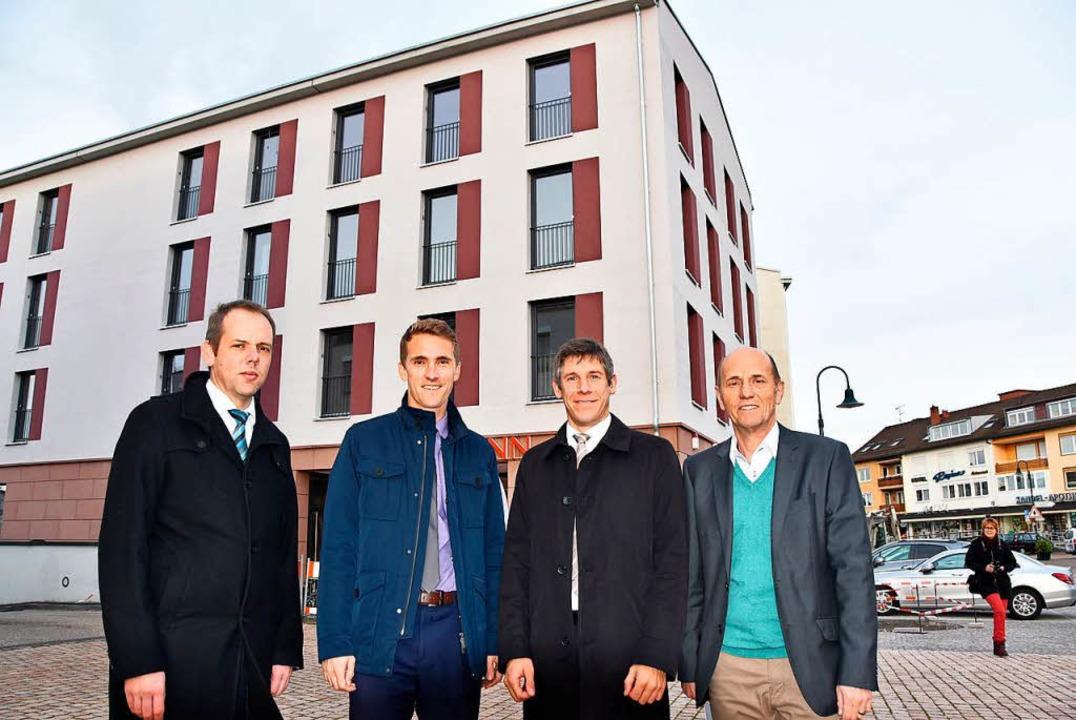 Jörg Straub (Bauverein, von links), Bü...ude in der Gundelfinger Ortsmitte ein.    Foto: Max Schuler