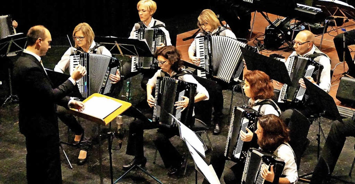 Der Handharmonikaspielring Löffingen b...onzert die Besucher in der Festhalle.   | Foto: Manfred Lauble