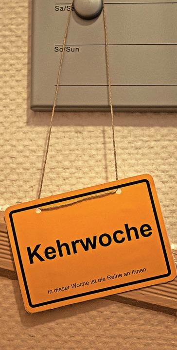 Um typisch deutsche Alltagsthemen &#82...hen Gemeindehaus blieben jedoch leer.   | Foto: dpa/Kurtenacker
