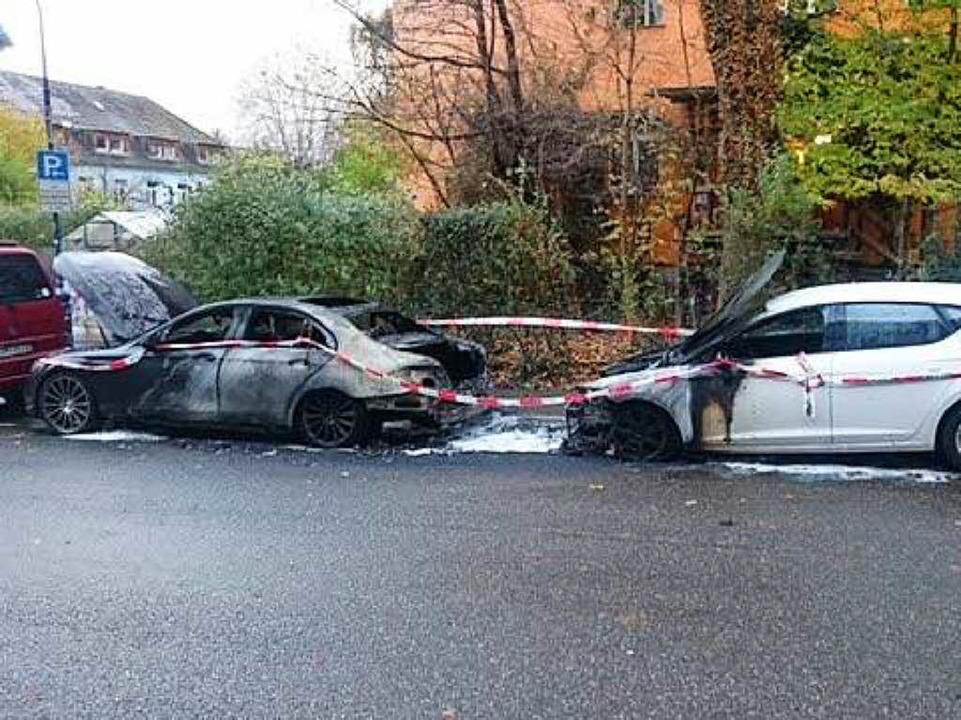 Der ausgebrannte schwarze Mercedes-AMG...gmorgen aus noch ungeklärter Ursache.     Foto: privat