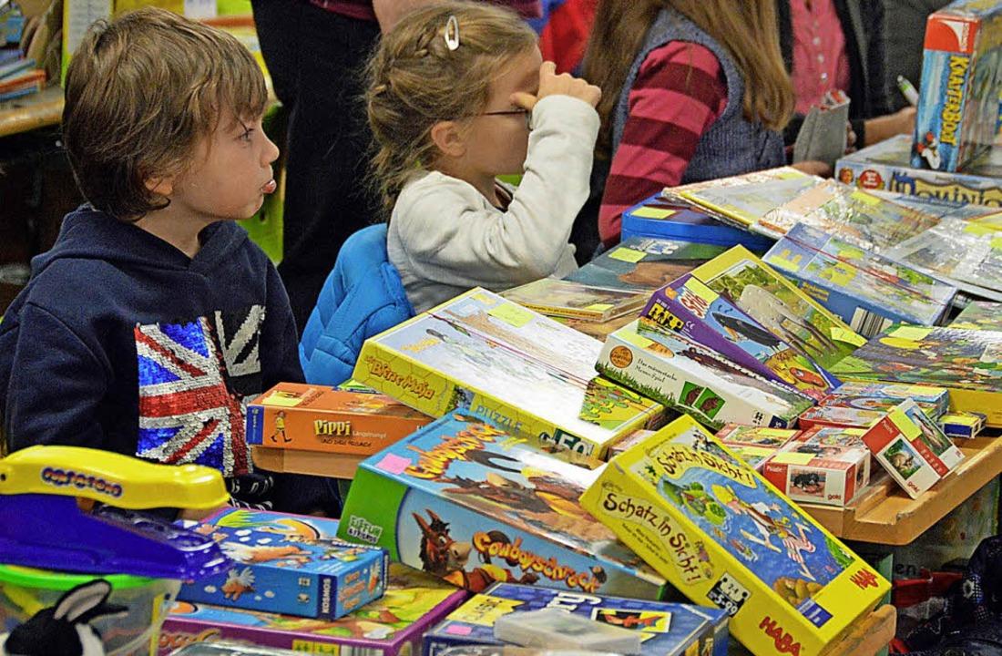 Groß war das Angebot an gebrauchten Sp...lohmarkt der Grundschule Kirchzarten.   | Foto: Gerhard Lück