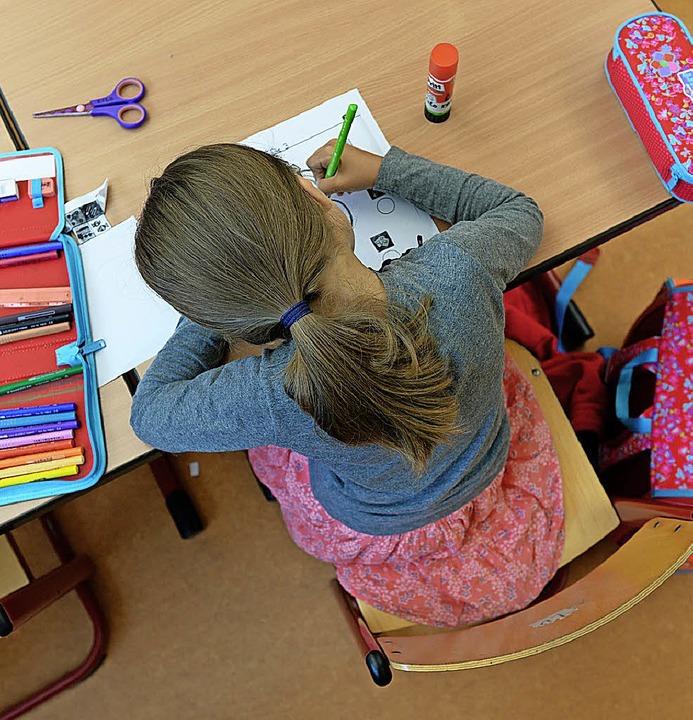 Grundschülerin bei der Arbeit  | Foto: dpa