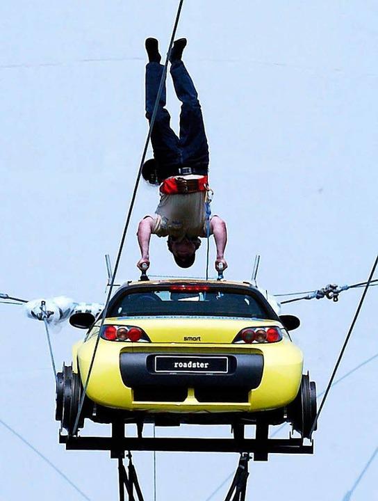 Kopfstand soll laut Volksmund gegen Sc...h eines schwebenden Autos sein …  | Foto: A2931 Bernd Weißbrod