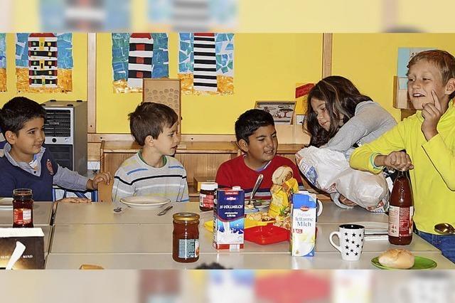 Klassenfrühstück am großen Tisch ist immer beliebt