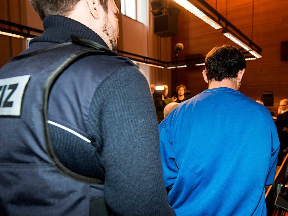 Catalin C. wurde an Händen und Füßen gefesselt in den Gerichtssaal gebracht.  | Foto: dpa