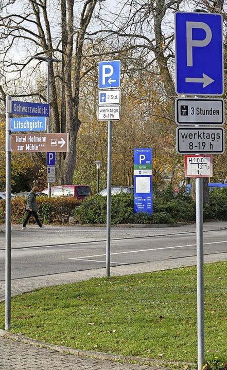 Zu viel, zu klein, zu unterschiedlich ...ierten Schilderwald in Bad Krozingen.   | Foto: Hans-Peter Müller