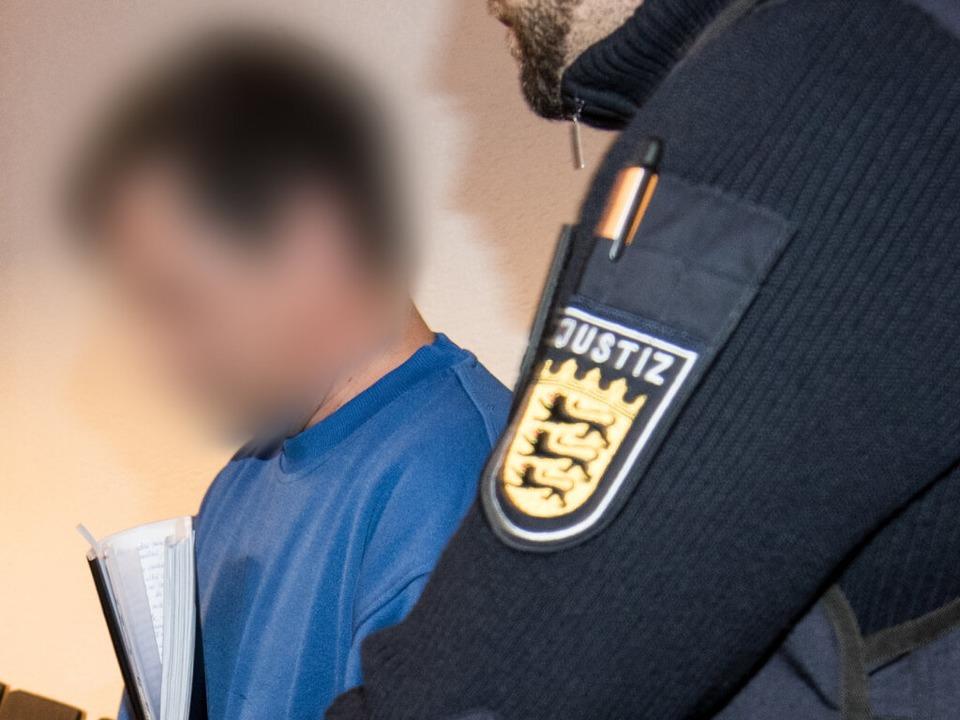 Der 40-jährige Angeklagte Catalin C. w...al des Landgerichtes Freiburg geführt.  | Foto: dpa