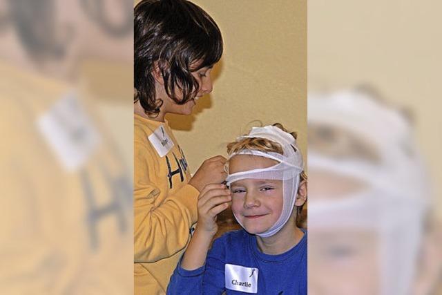 15 Kinder lernen, mit Notfällen richtig umzugehen