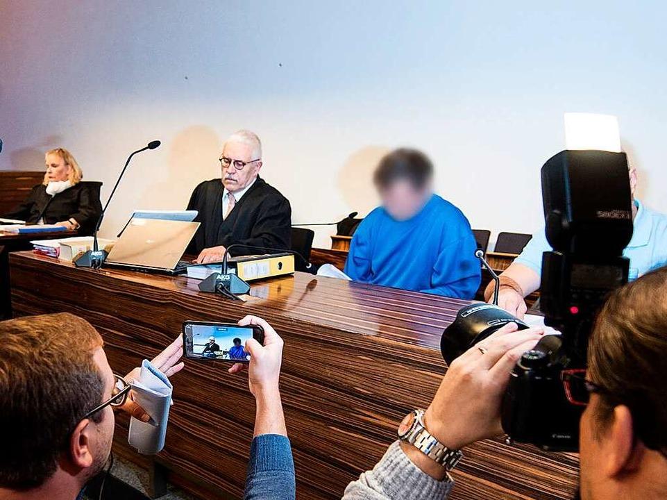 Verteidiger Klaus Malek, Angeklagter Catalin C. am ersten Tag des Prozesses  | Foto: dpa