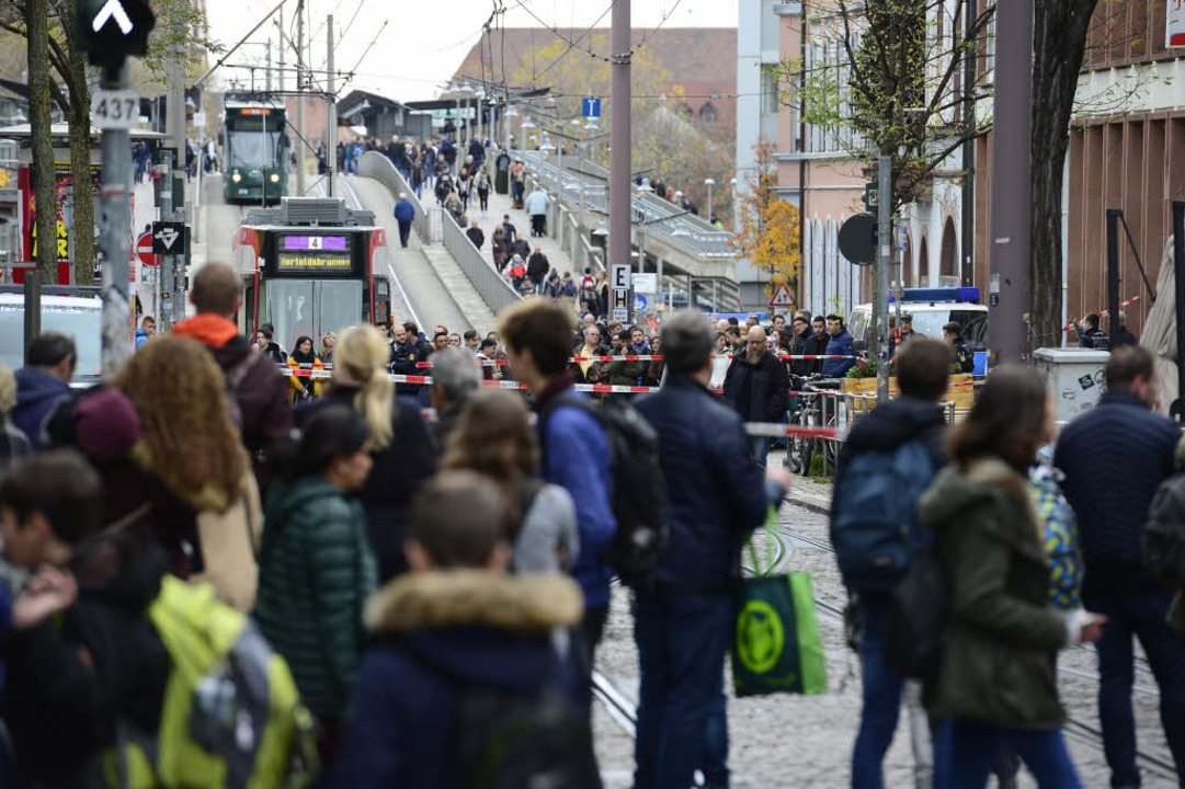 Alles steht: Der Bereich war zweieinha...bgesperrt, Straßenbahnen fuhren nicht.  | Foto: Ingo Schneider