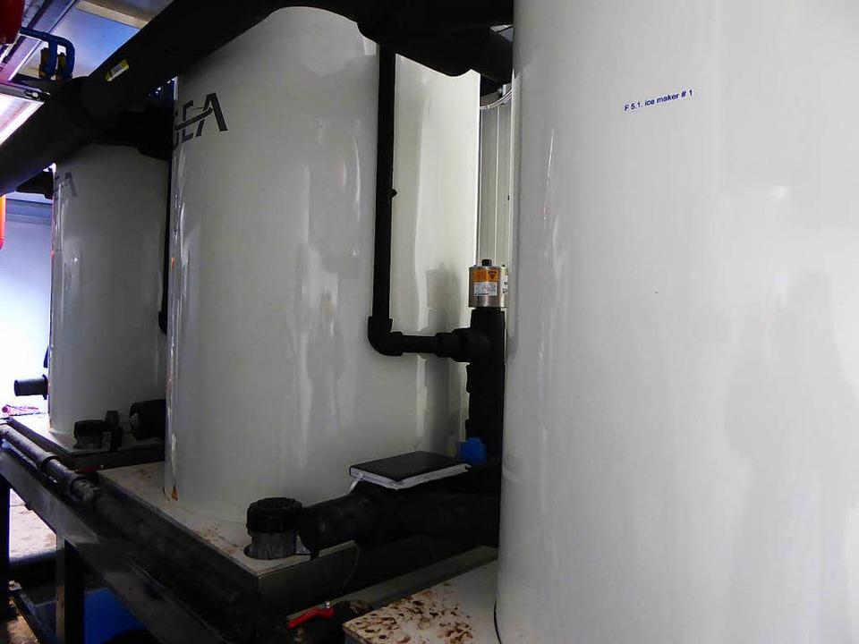 In  diesen Zylindern erzeugen rotieren...d Schälmesser aus  Wasser Eisplättchen  | Foto: Peter Stellmach