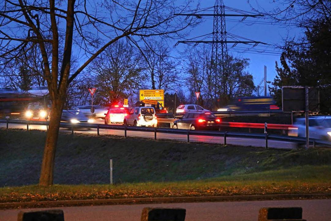 Rückstau vor der Einmündung der K 5114... Berufsverkehr ein tägliches Ärgernis.  | Foto: Hans-Peter Ziesmer