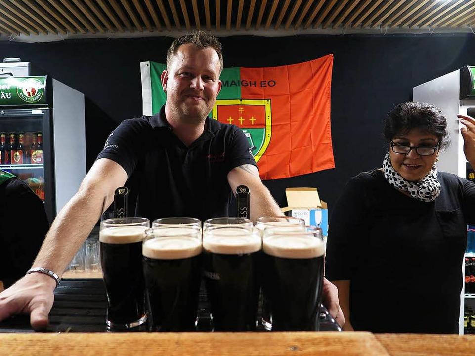 Die schwarze Köstlichkeit durfte natür...n: Stefan Schmidt offerierte Guinness.  | Foto: Dorothee Philipp