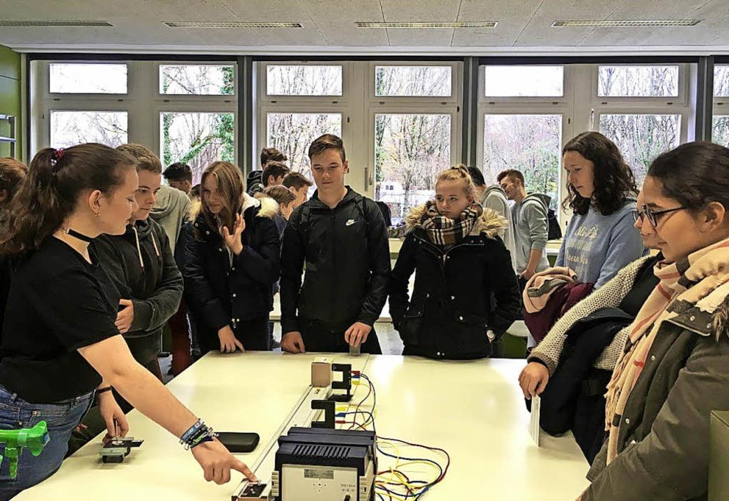 Einen Versuch aus dem Fach Physik erkl...Schülern der Hugo-Höfler- Realschule.   | Foto: privat