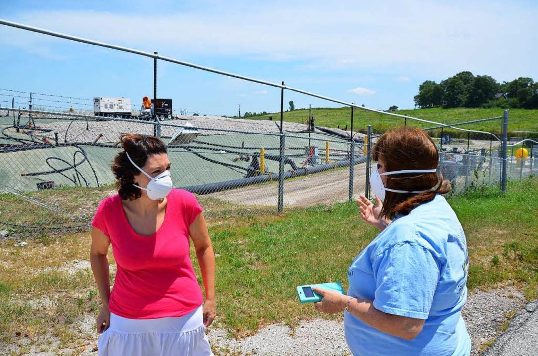 Dawn Chapman (links) und Karen Nickel begutachten die Deponie.    | Foto: HERRMANN