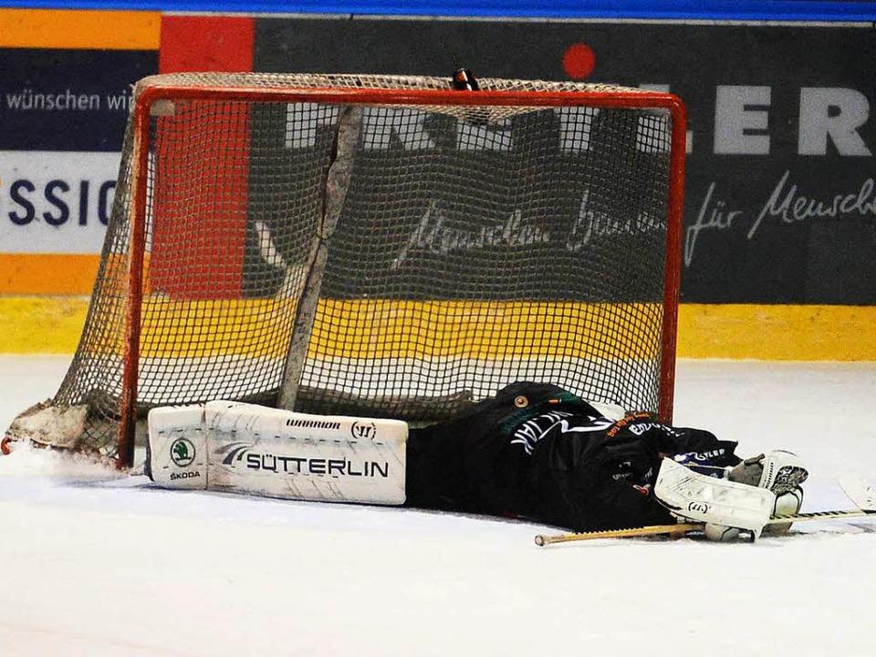 EHC-Torhüter Miroslav Hanuljak  liegt ... Flunder vor seinem Tor auf dem Eis.    | Foto: Patrick Seeger