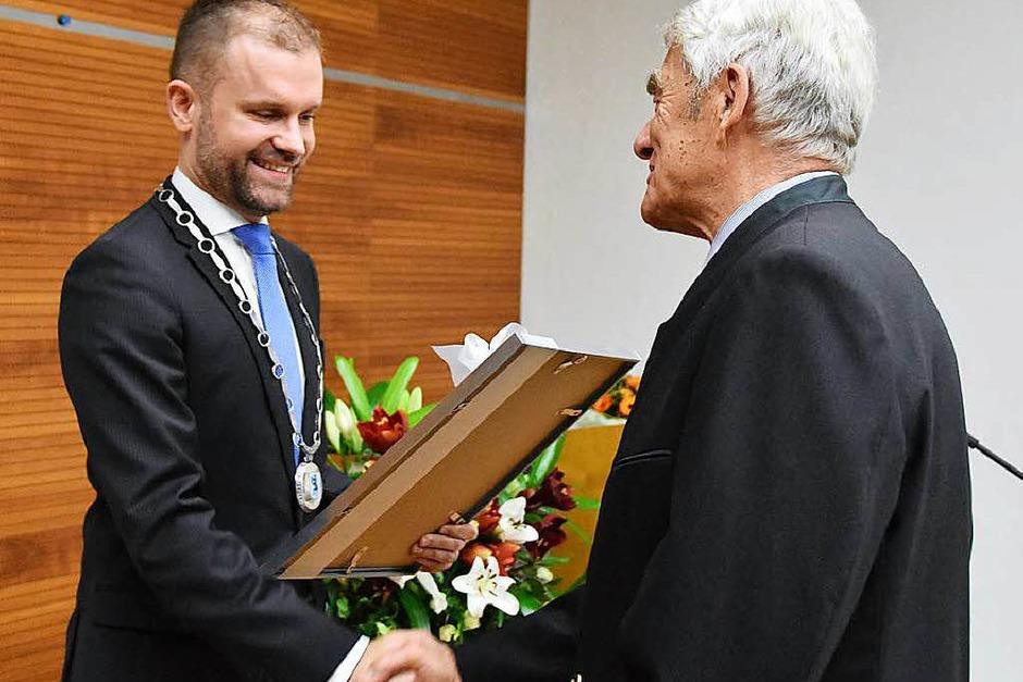 Merzhausens Bürgermeister Christian Ante überreicht Eugen Isaak die Urkunde. (Foto: Andrea Gallien)